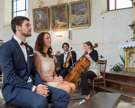 svědek se svědkyní, na pozadí hraje živá hudba | Černá v Pošumaví