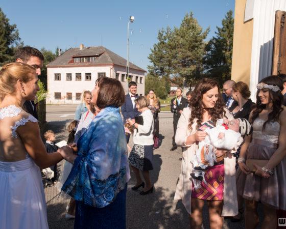 gratulace novomanželům před kostelem | Černá v Pošumaví